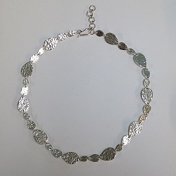 68540 - Handmade sterling silver necklace featuring hammered decoration